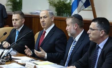 Prime Minister Binyamin Netanyahu at cabinet meeting, June 30, 2013