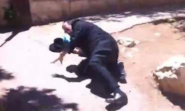 Alleged haredi pedophile Avrohom Mondrowitz attacked in Jerusalem. Photo: YouTube Screenshot