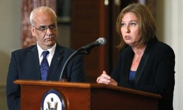 El negociador palestino Saeb Erekat y el negociador israelí, Tzipi Livni, en una conferencia de prensa, 30 de julio