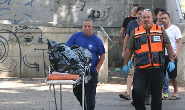 Police at scene where decapitated body found in Tel Aviv, August 3, 2013 (Ben Hartman)