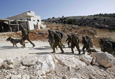 Israeli soldiers leave after an operation near the West Bank village of Bilin, near Ramallah October 22, 2013 (Reuters)