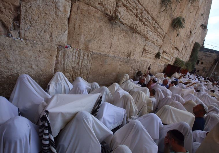 In Pictures Thousands Flock To Western Wall For
