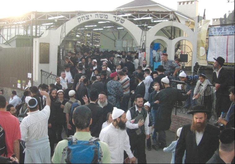 Entrance to the tomb, crowded with Jewish visitors in September 2005 (photo credit: WIKIMEDIA)