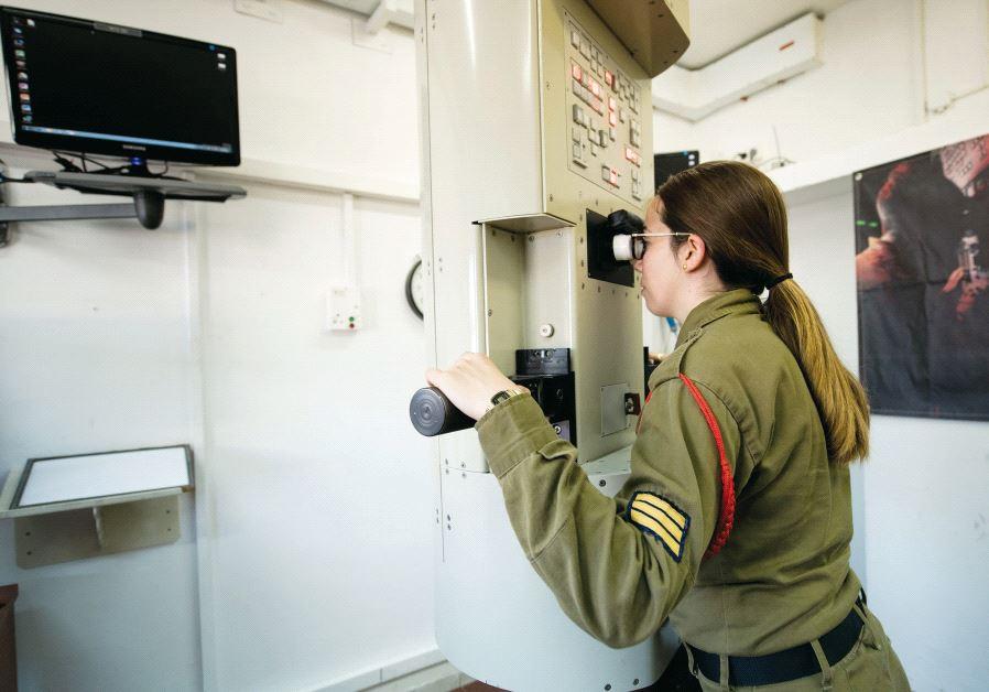 Sgt. Maya peers into a periscope simulator. Credit: IDF Spokesperson's Unit