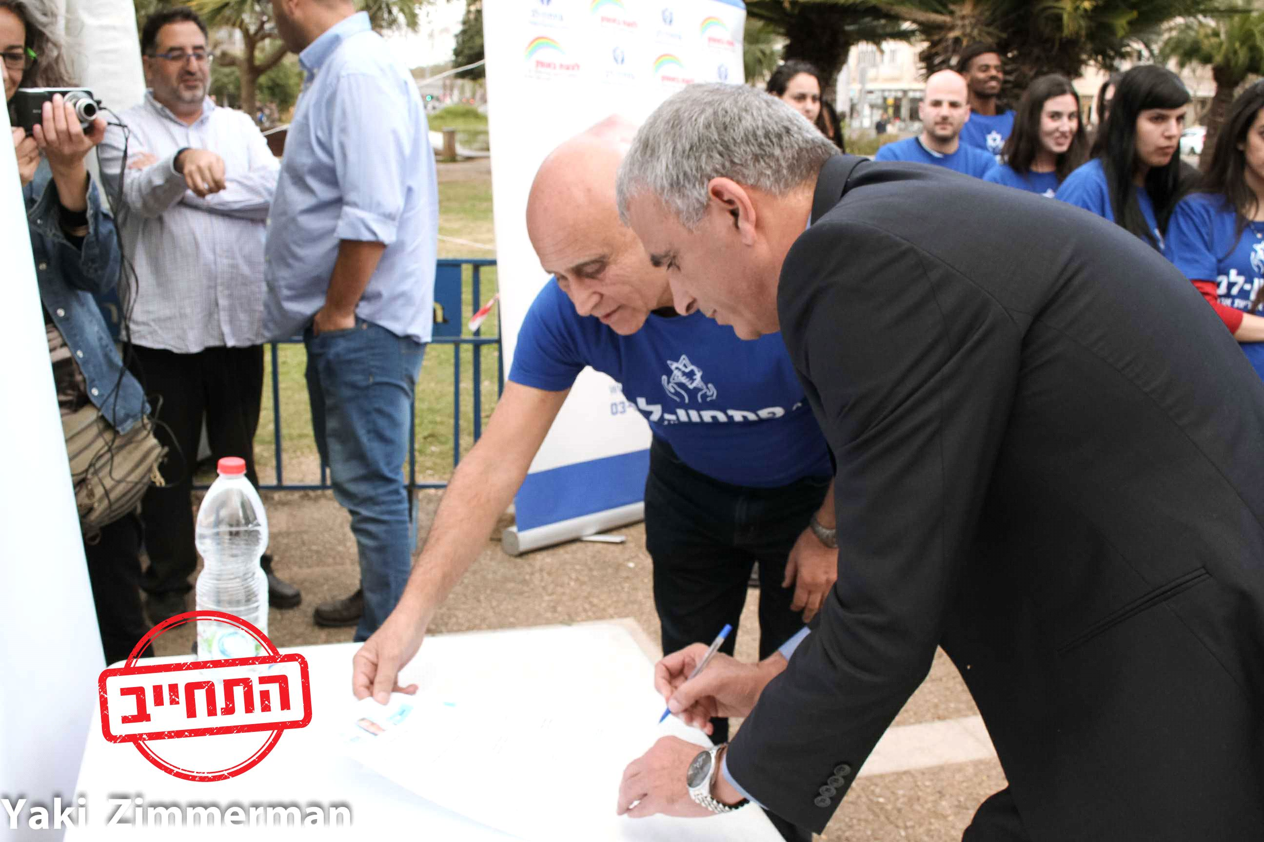 Moshe Kahlon and Yair Lapid sign a petition to eradicate poverty in the 2015 elections