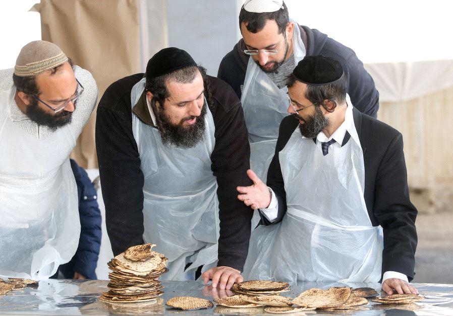 Making matzot in Baka, Jerusalem (Marc Israel Sellem)