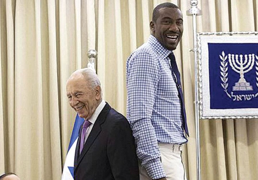 PERES STANDS back-to-back with American basketball player Amar'e Stoudemire in Jerusalem in 2013. (GPO)