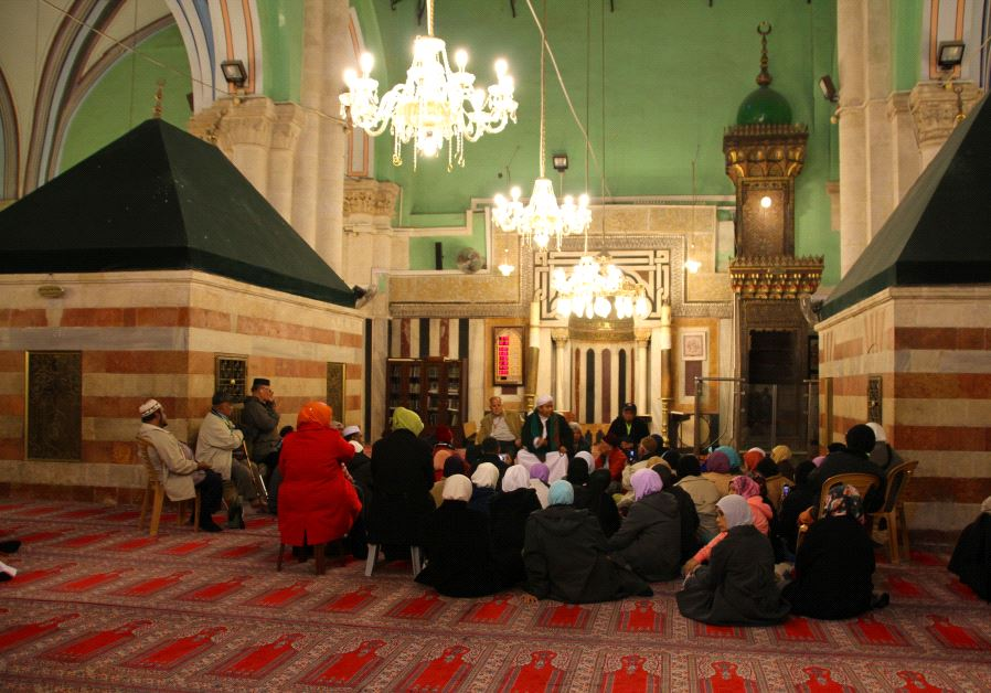 Muslim worshippers at the Ibrahimi mosque at the Cave of the Patriarchs, Hebron (Tovah Lazaroff)
