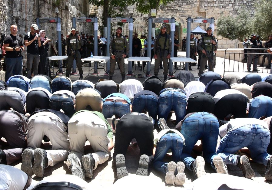 Muslims pray outside the Temple Mount as Israel tightens security (MARC ISRAEL SELLEM)