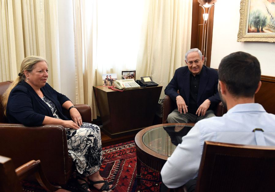 Prime Minister Benjamin Netanyahu meets Israel's Ambassador to Jordan Einat Schlein and wounded security officer Ziv, July 25 2017. (Government Press Office)