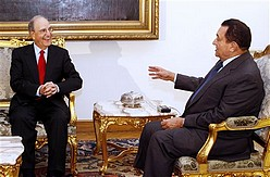 Egyptian President Hosni Mubarak meets with US Mid