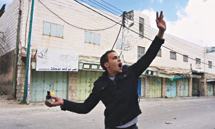 Palestinian hurls molotov cocktail in Hebron