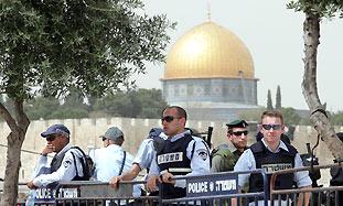 Police roadblock in east Jerusalem's Ras El Amud A