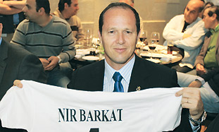 Jerusalem Mayor Nir Barkat shows off a t-shirt pro