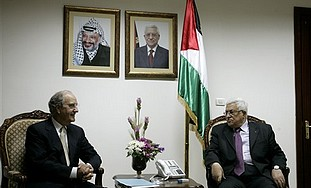 George Mitchell and Mahmoud Abbas meet in August 2010