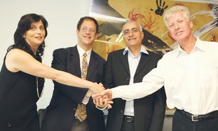 ARAVA POWER Company CEO Jon Cohen (right) shakes h