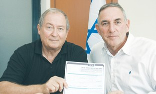 Alik Ron (left) with Kadima official Moshe Shehor
