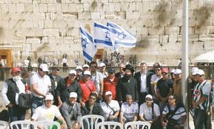 Chilean miners pose with Rabbi Shmuel Rabinowitz.