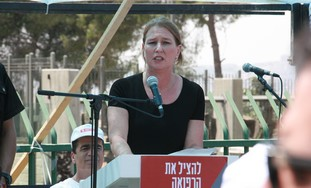 Opposition leader Livni speaks to doctors
