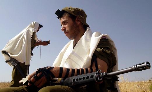 Religious IDF soldiers praying