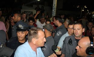 Tel Aviv Mayor Ron Huldai hounded by protesters