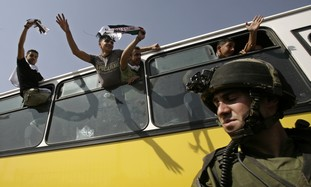Palestinian prisoners on bus before release [file]
