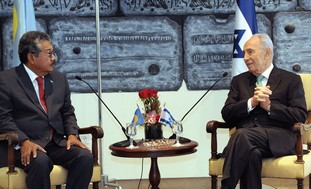 Peres meets with Palau president