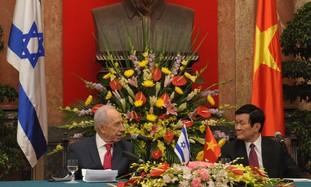 Peres and Vietnamese President Truong Tan Sang