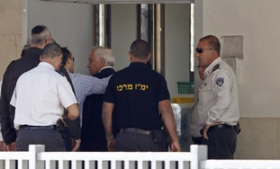 Katsav enters Massiyahu prison
