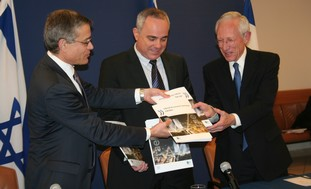 Fischer, Steinits receive copy of OECD report