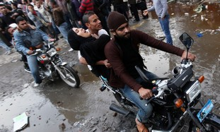 Egyptian protesters evacuate injured in Cairo