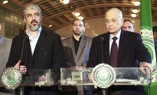Hamas leader Mashaal (L), Arab League chief Elarab