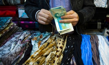 Iranian handles money at bazaar