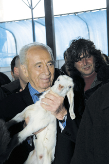 Peres vists kibbutz in Jordan Valley he helped found