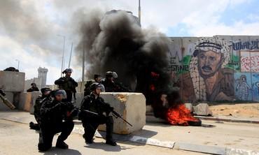 Border Police clash with Palestinians at Kalandiya