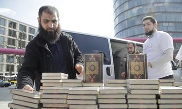 German Muslims hand out english-language Korans