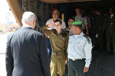 Gilad Schalit salutes Prime Minister Binyamin Netanyahu