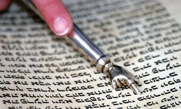 A yad follows bibilical script
