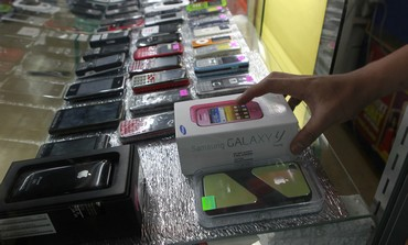 Cellular phones are displayed in a store