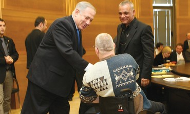 Netanyahu shakes hands with disabled veteran