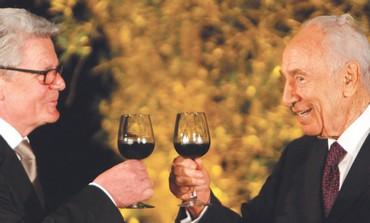 Presidents Joachim Gauck, Shimon Peres toast