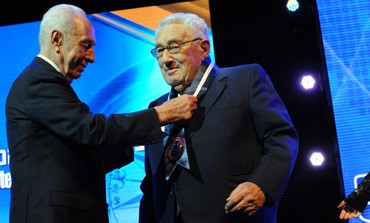 Peres awards Presidential Award of Distinction