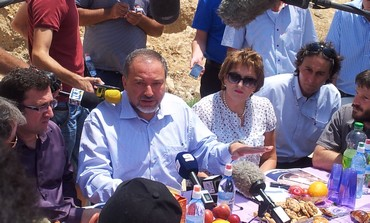 Liberman at press conference in al-Zarnug