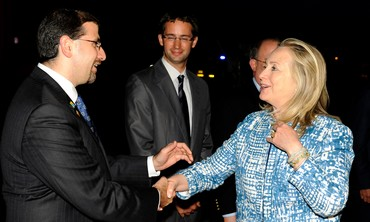 Shapiro meets clinton as she arrives in Israel