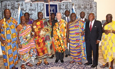 Peres with Ghanaian monarch Tutu II.