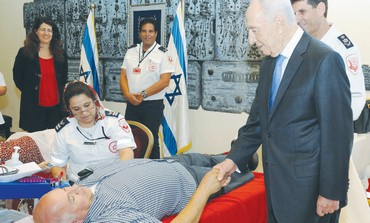 Peres thanks a blood donor at his residence
