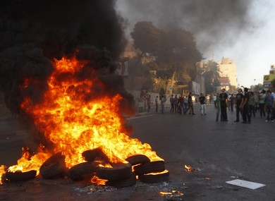 Palestinians burn tires in Nablus economic protest