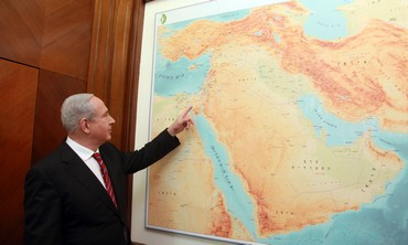 Netanyahu pointing at a map, January 15, 2013.