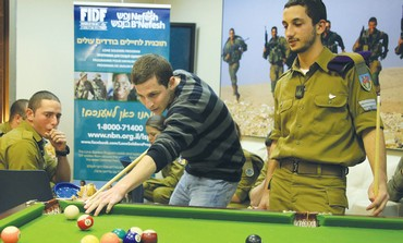 Schalit visits lone soldiers in Jerusalem