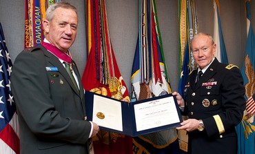 IDF Chief Benny Gantz gets the Legion of Merit from American counterpart Martin Dempsey, Feb. 2013